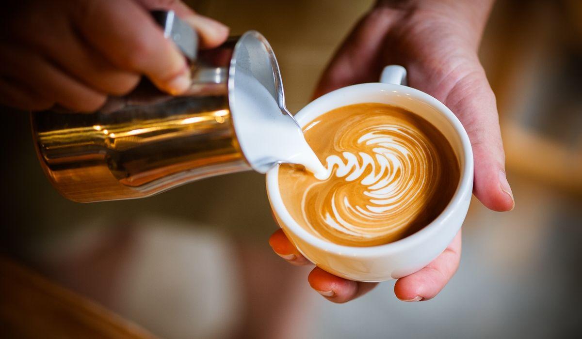438914 1200x700c56x50 Kaffee mit pflanzlicher Milch Barista of dimensions 1200 wide by 798 high